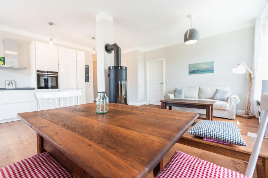 Schönes rustikales Zimmer einer Pension mit Kamin und einer schönen Sitzecke.