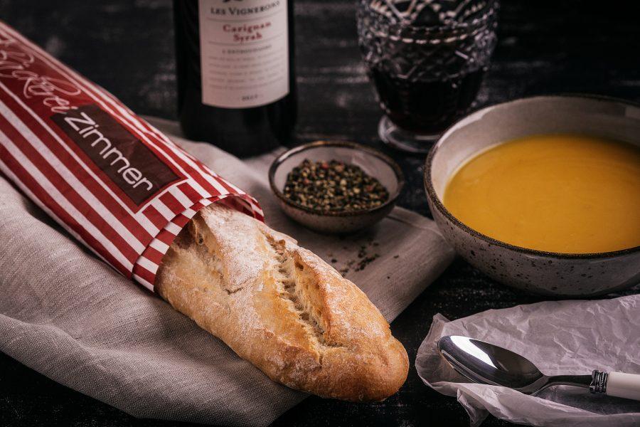 Frisches Baguette mit Suppe und Wein.