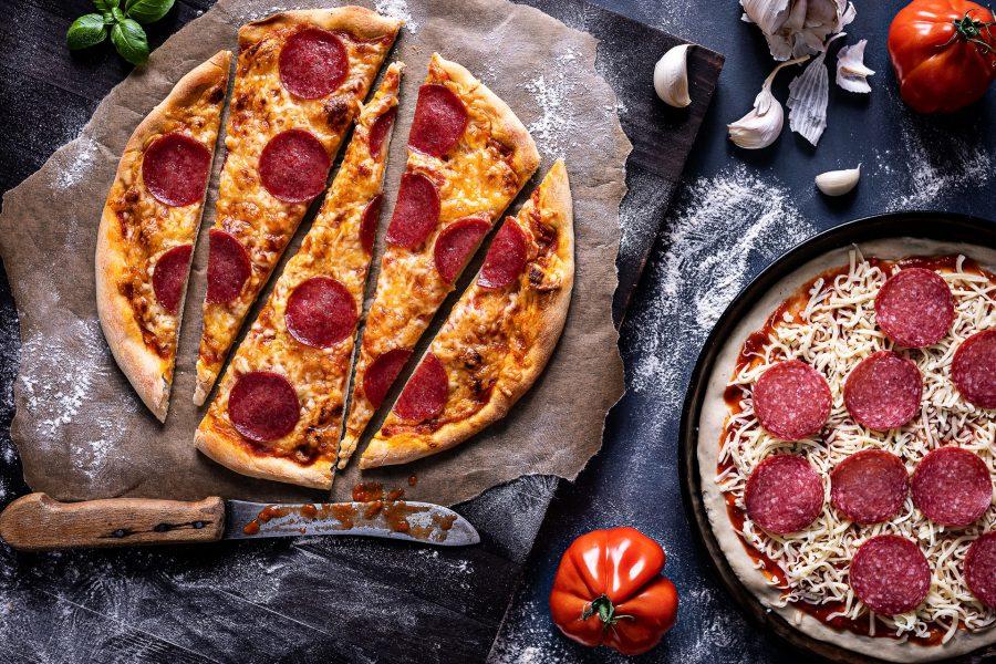 Leckere Pizza, frisch aus dem Ofen mit Salami und Käse