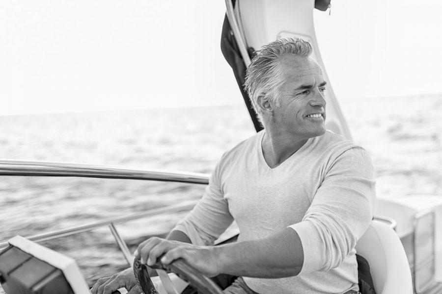 Mittelalter, gut aussehender Mann auf einem Boot auf der Ostsee