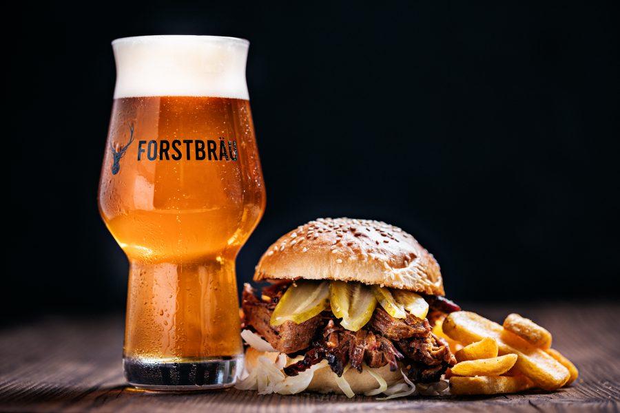 Pulled Wildschwein Burger mit Pommes und einem Kühlen Bier
