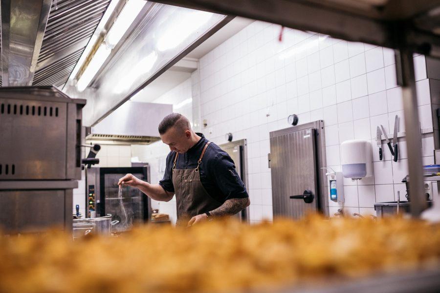 Chefkoch im Forsthaus Friedrichsruh in der Küche beim Kochen