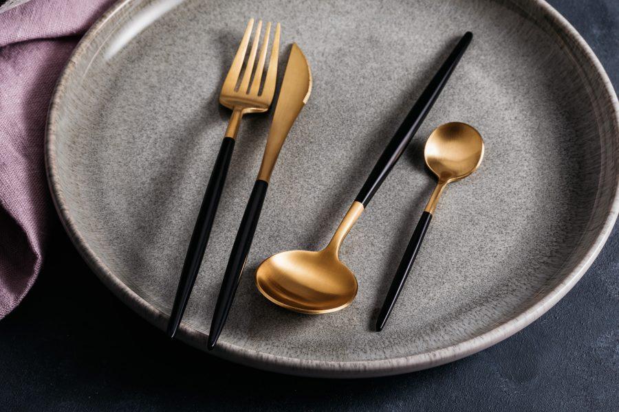 Goldenes Besteck auf einem Teller